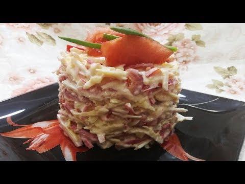 Праздничный салат с крабовыми палочками, помидорами и сыром