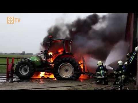 Tractor in brand bij boerderij, brandweer redt schuur met koeien