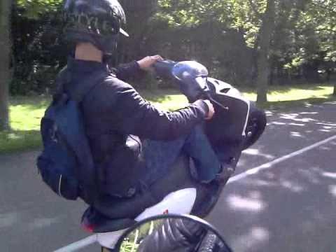 Joey Schaar wheely op Piaggio Zip Sp H20 zonder voorwiel ... Joey Schaar