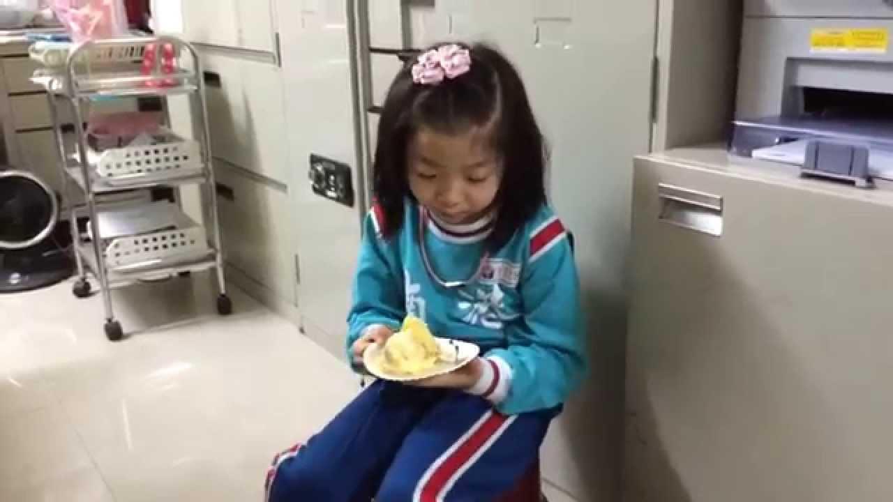 李庭萱tina幫魯肉慶祝生日在吃蛋糕-2014年11月25日 - YouTube