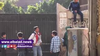 طلاب بالقناطر الخيرية يتسلقون سور مدرسة للعب الكرة .. فيديو