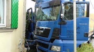 LKW prallt gegen Wohnhaus in Saal an der Saale - Unfallursache: ein Bonbon!