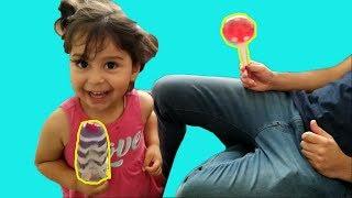 Ayşe Ebrar Babasının Elindeki Dondurmayı Aldı Kaçtı Yerine Lolipop Şeker Koydu. Funny Kids Video