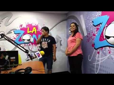 """Verónika Mendoza bailando """"canchis canchis"""" en Radio La Zona"""