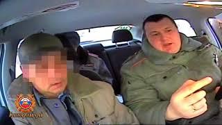 пьяный инструктор автошколы учил курсанта вождению и лишился прав (видео ГИБДД)