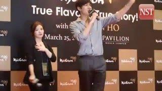 Lee Minho swarmed by fans