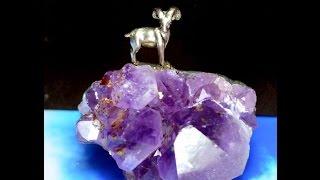 магический талисман ОВНА. Фигурка горного барана овна на друзе кристаллов аметиста