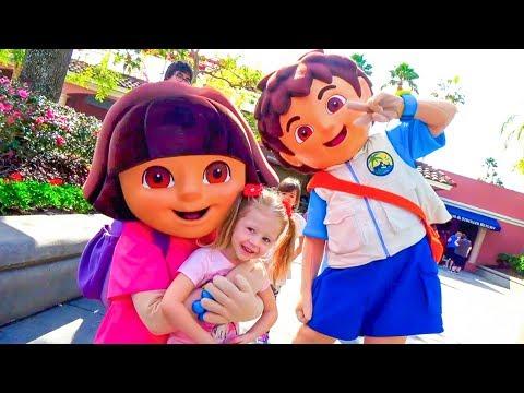 Дети играют в парке аттракционов Настя, Рома и Диана веселятся на детской площадке Видео для детей