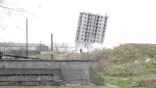 Взрыв 16 этажки Севастополь(26 декабря в Севастополе взорвали 16-этажку. Взрыв прошёл неудачно. Дом осел на два этажа и накренился в сторо..., 2014-12-26T09:43:11.000Z)
