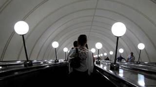 На эскалаторе в Московском метро без щитов рекламы(, 2011-08-18T05:47:33.000Z)