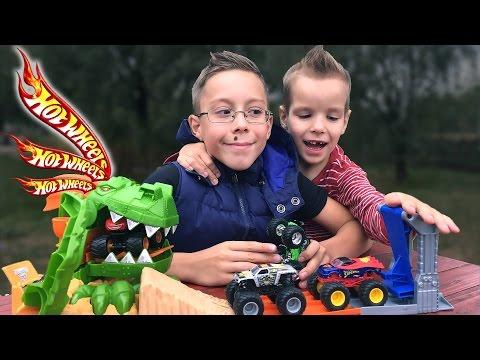 Трек Hot Wheels с Монстер Траками. Отрываем и играем. Игрушки для мальчиков. Monster truck Toy