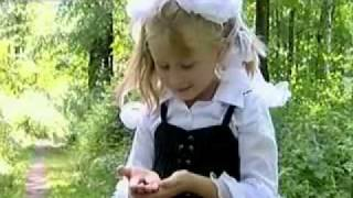 девочка копирует голоса птиц