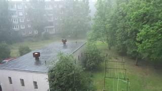 Вот какой дождь с градом, который напугал кота лежащего на подоконнике