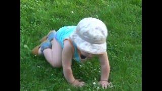 4X4. Полный привод.  Ребенок  ползает. Забавное видео. Funny kids.(Ребенок передвигается на четырех точках. Ползает быстро и надежно. Полноприводный чайлдмобиль (Chaildmobil..., 2016-04-06T11:17:26.000Z)