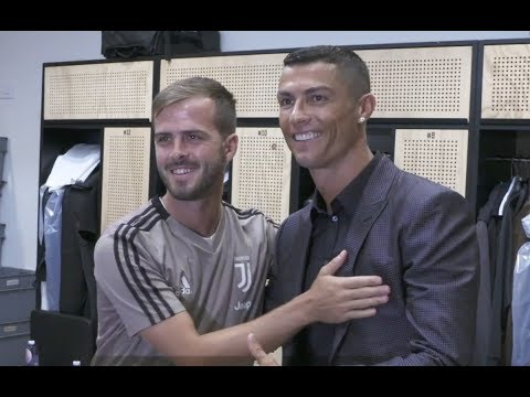 Cristiano Ronaldo meets his Juventus teammates for the first time!