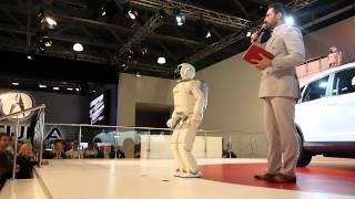 Робот ASIMO (HONDA) на Автосалоне 2012 (Москва)