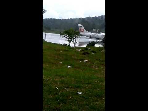 Pesawat Landing Saat Hujan