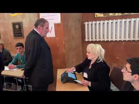 Левон Тер-Петросян проголосовал на парламентских выборах Армении