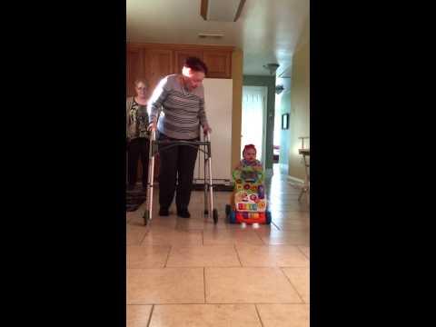 Una abuela le enseña a su bisnieta a caminar