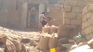 شاهد لحظة استهداف قناص حوثي لأحد قيادات المقاومة بتعز اكشن حقيقي 2018