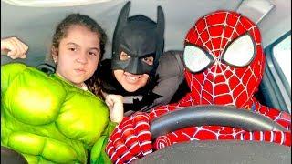 SARAH BRINCA de Super-Heróis com a MAMÃE E O PAPAI