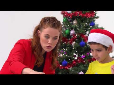 Nienke van Zappelin knutselt een kerstboom