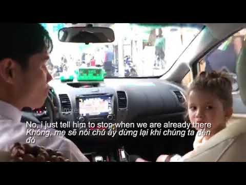 Bé Gái Phiên Dịch Cho Mẹ Và Chú Lái Taxi