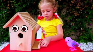 Nastya xây dựng nhà cho chim và động vật