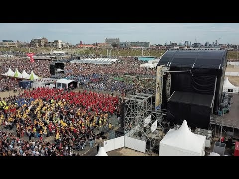 2.000 DRUMMERS ON THE BEACH - FOUR HORIZONS (CONCERT VIDEO)