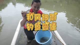 农村美女土法钓鱼,不到一刻钟连上大鱼,可乐坏了!
