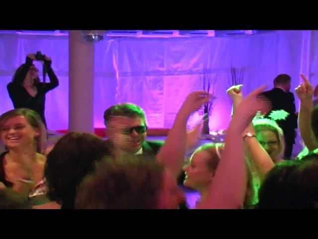 DJ mixt videoclips op spetterend personeelsfeest