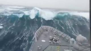 Военный корабль плывет сквозь шторм / ship storm