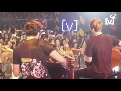 5 Seconds of Summer Live: Stripped & Intimate - She s Kinda Hot