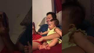 Em bé cười khi xem hài với bố