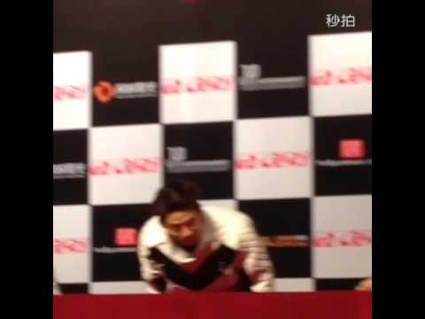2PM的JUN  K、佑荣、泽演、尼坤、灿盛轮流用中文跟粉丝打招呼,发音很标准呀~成员俊昊由于电影拍摄,未能 01