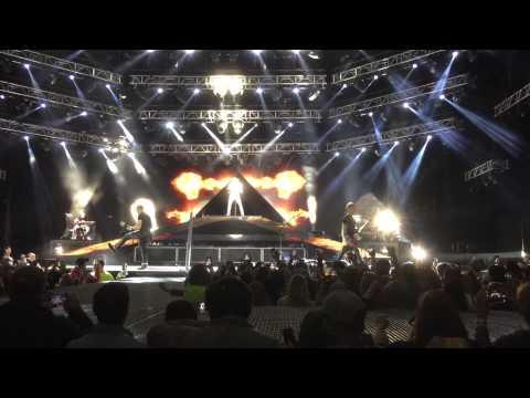 Jason Aldean opening the Burn it down tour 2015