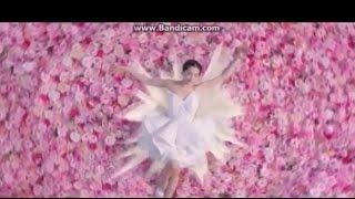 ミニの純白のウェディングドレスを着て まとめた髪型の女優の綾瀬はるか...