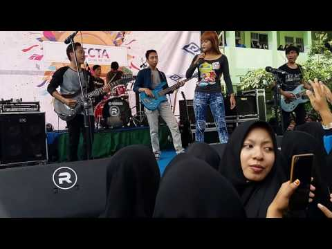 Cover Rock Kimcil Kepolen by Gudluck Feat Fahmi Band and Veve Vanesa in SMK YAPALIS Krian