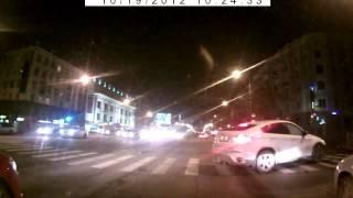Видео аварии. BMW X6 сносит легковушку. Челябинск.(Видео аварии. Челябинск. BMW X6 сносит легковушку. BMW X6 двигался на желтый, второй участник стартанул раньше..., 2012-10-21T08:36:15.000Z)