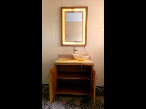 тумба и зеркало для ванной из дерева и оникса, подсвеченное.