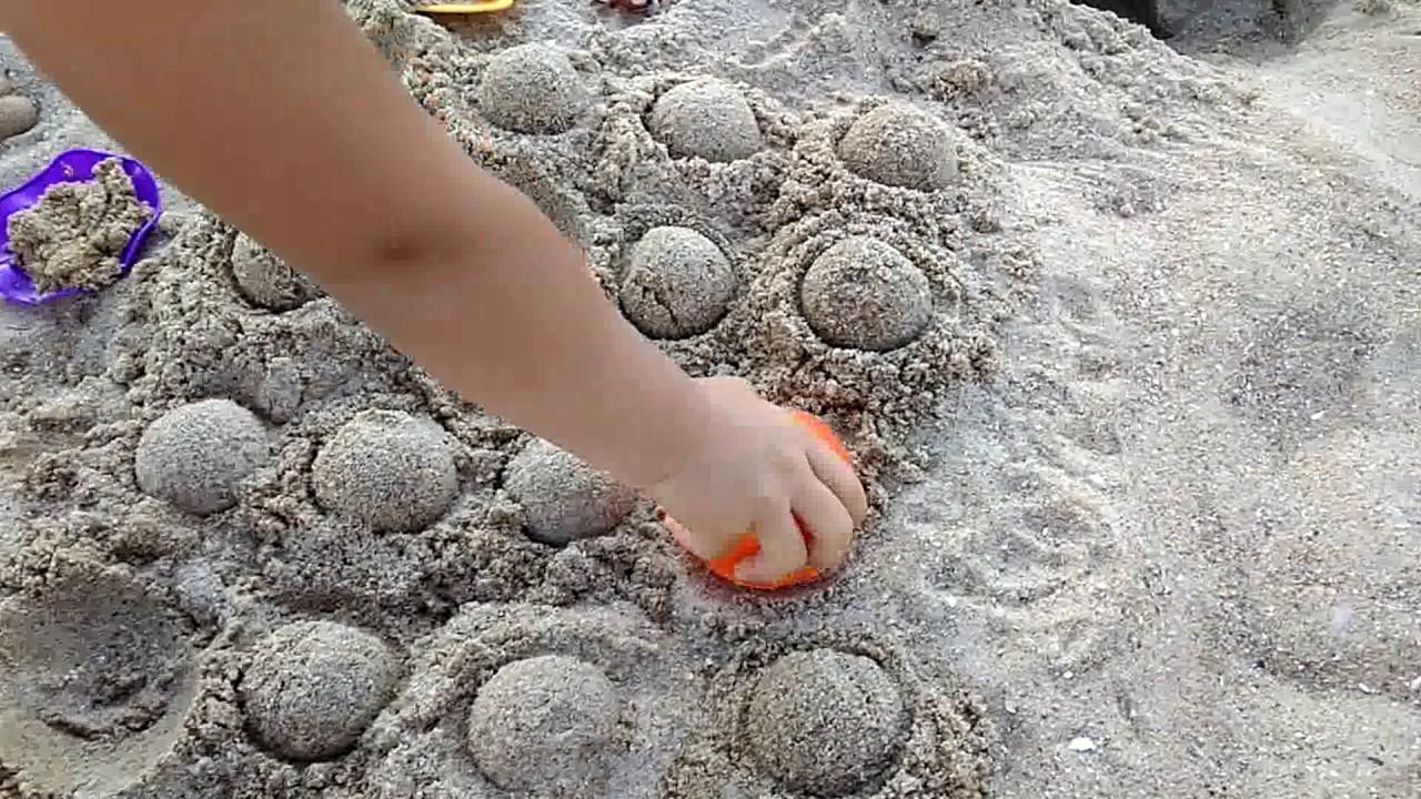 На пляже пописала в песок фото 520-18