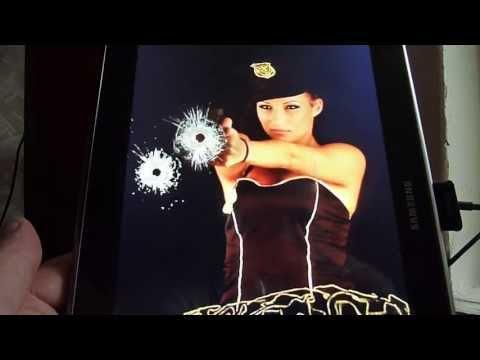 Девушка стреляет в экран. Обои.
