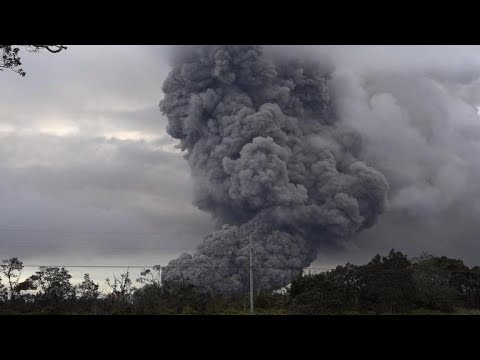 Cloud of ash from Hawaii's Kilauea volcano prompts 'red alert'