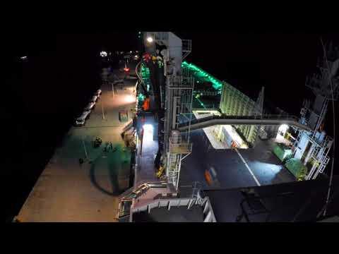 Zr.Ms. Karel Doorman lost hulpgoederen op Sint Maarten