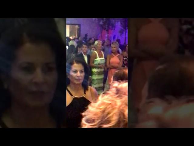 Η Νατάσα Καραμανλή απολαμβάνει την συναυλία στην βάφτιση των δίδυμων του Καμπουράκη
