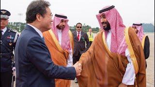 عاجل | لحظة وصول محمد بن سلمان الى كوريا