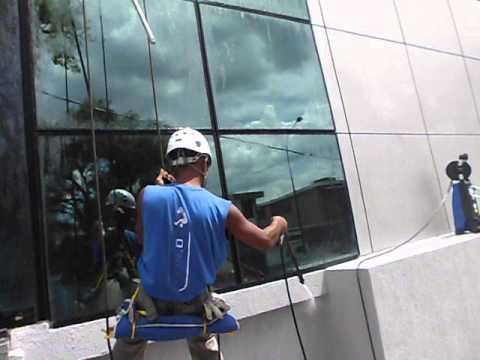 Limpieza de fachadas edificios y vidrios de altura - Aparatos para limpiar cristales ...