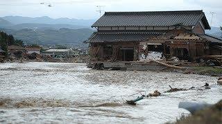 九州北部豪雨。川の流れが変わった集落を行く