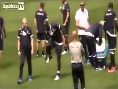 Mario Balotelli Pretends not to be able to tie his shoes to avoid training