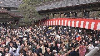 2019年2月3日 茨城県東海村の村松山虚空蔵堂で行われた節分豆まきの様子...